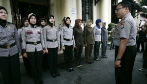 Surabaya chief police Commissioner  Setija Junianta leading a noon muster of some policewomen wearing  headscarf on Friday, 22/11/2013. (Photo courtesy of Tempo).