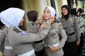 Policewomen in the East Java provincial capital of Surabaya enthusiastically wearing jilbab on Friday, 22/11/2013.