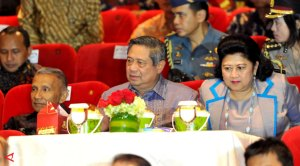 Accompanied by Amien Rais, father of Hanum Rais, SBY and spouse watching the film at Djakarta Theater, 29/11.