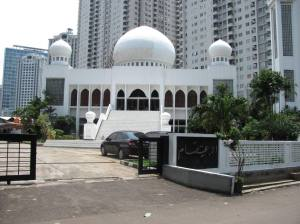 Masjid Al-I'tishom was moved from the edge of the corridor street of Jalan Sudirman,Jakarta, for the construction of BNI Tower.