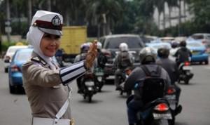 A Muslim policewoman is on duty in a Jakarta street. (Photo courtesy: Republika)