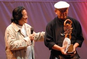 Seniman WS Rendra (kiri) memberi sambutan saat pemberian penghargaan kepada Putu Wijaya (kanan) dalam malam Anugerah Federasi Teater Indonesia (FTI) Award 2007 di Taman Ismail Marzuki, Jakarta, Rabu (9/1).