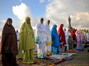 Female Muslims performing Eid al-Fitr prayer in Denpasar, Bali.
