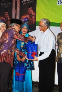 Taufiq Ismail hands over his books to education expert Dr Arief Rachman