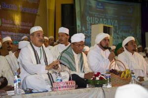 Habib Rizieq (Right) in an event in Surabaya with Dahlan Iskan, Minister of State Companies.