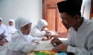 hafiz seorang-guru-mengajari-anak-membaca-dan-menghafal-al-qur-an-di-_130913021720-730