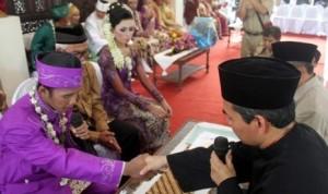 kua penghulu-menikahkan-pasangan-pengantin-_131213210119-784