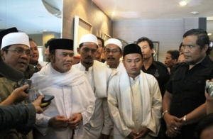 'King of Dangdut' music Rhoma Irama meets some Muslim scholars who are members of the East Java branch of Indonesian Forum of Mosque Management (Fahmi Tamami) in Surabaya, East Java, to discuss the discourse to consolidate his nomination as a candidate for President of 2014-2019 period, December 2012.