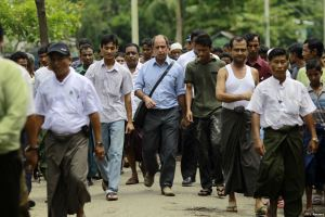 Tomas Ojea Quintana (C), United Nations Special Rapporteur on the human rights situation, walks with Rohingya Muslims as he visits Aung Mingalar in Sittwe, Myanmar, in August 2013. Photo: VOA.