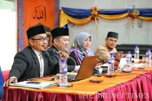 Hj Abd Azman Judin (L), Deputy Syariah Propagator, delivering a briefing on the Syariah Penal Code Order at the Rimba II Primary School. Photo: BT/Rabiatul Kamit