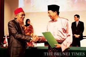 YB Pehin Dato Hj Hazair congratulates MASTERA's Thai representative Ustaz Dr Hamidin Sanawi (L). BT/Rabiatul Kamit
