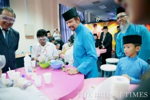 His Majesty Sultan Haji Hassanal Bolkiah Mu'izzaddin Waddaulah (C), the Sultan and Yang Di-Pertuan of Brunei Darussalam and HRH Prince 'Abdul Wakeel (R) look at children making slime during the Knowledge Convention at the International Convention Centre yesterday. Photo: BT/Ridhwan Kamarulzaman