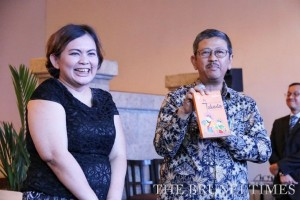 Author Amelia Yugia Masniari (L) and Head of the Jakarta Tourism and Culture Office Arie Budhiman (R) holding Amelia's book on shopping in Jakarta. Photo: BT/Rebecca Oi