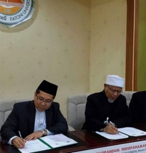 Rector of UNISSA Dr Hj Norarfan Hj Zainal (L) and Rector of Fatoni University Dr Hj Ismail Lutfi Chapakia (R) signing the Memorandum of Understanding between the two universities yesterday at Fatoni University in southern Thailand.  Photo Courtesy of UNISSA