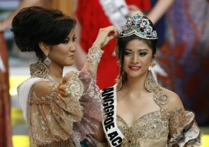 Zivanna Letisha Siregar,  winner 2008 Miss Indonesia beauty pageant crown Qory Sandioriva of Aceh province, winner Miss Indonesia beauty contest 2009 on the  final day in  Jakarta, Oct 10, 2009.