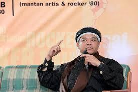 Hari Moekti as a Muslim preacher.
