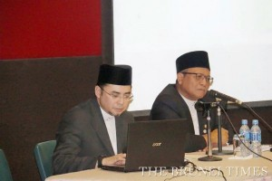 Syariah High Court Judges Pg Hj Md Tashim Pg Hj Hassan (L) and Dato Seri Setia Ustaz Hj Metussin Hj Baki (R) speak during the briefing on Islamic administration and management organised by the Land Department yesterday. BT/ Ak Md Khairuddin Pg Harun