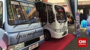Solar-powered car 'Suryawangsa 2' and 'Giwangkara' manufactured by Gondanglegi Vocational Secondary School (SMK) of Muhammadiyah in Malang, East Java, and SMK Haurgeulis of  Muhammadiyah in  Indramayu, West Java,  The second car was launched at the Muhammadiyah HQ in Jakarta last December  Photo: CNN Indonesia / Lalu Rahadian)