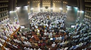 Indonesian Muslims performing Tarawih Prayer during the Ramadhan month in Istiqlal Grand Mosque, 29 Juni 2014. Photo: ANTARA/Rosa Panggabean