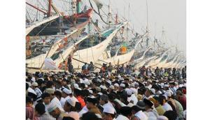 Muslims performing Aidil Fitri prayer at the Jakarta port of Sunda Kelapa.